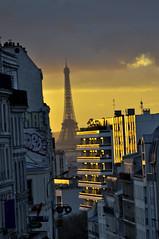 La Tour Eiffel au fond (R.Iznardo) Tags: street city urban paris france seine calle ciudad urbano rue francia ville pars parigi sena