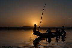 Sur le Fleuve Niger (DeGust) Tags: africa sunset color water yellow niger night ro jaune river landscape noche twilight agua nikon eau wasser sundown nacht paisaje amarillo gelb westafrica afrika dmmerung paysage crpuscule kanu landschaft farbe nuit couleur pirogue westafrika pnombre fleuve afrique crepsculo coucherdusoleil nigerriver piragua mfcc zwielicht afriquedelouest fleuveniger d700 nikkor2470f28 ronger gustavedeghilage