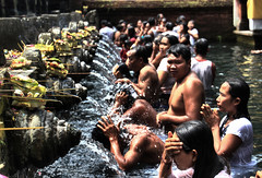 Purifying (Rubinho1) Tags: people bali water canon indonesia temple eos gente religion holy sacred tamron hinduism tirta empul pura holywater sagrado rito religi hind 550d hinduismo tirtaempul rubinho1 puratirtaempul rubenfernndez tirtaempultemple canoneos550d mygearandme