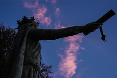 B1209-Teresa entrega el fuero (Ponte da Lima) (Eduardo Arias Rbanos) Tags: sky sculpture cloud bronze contraluz reina nikon queen escultura cielo d100 nube bronce fuero arrebol pontedalima eduardoarias eduardoariasrbanos