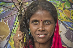 Golden eyes (Kals Pics) Tags: life portrait people woman india smile umbrella canon happy happiness tamilnadu dasara villagepeople cwc goldeneyes villagelife rurallife ruralindia colorsofindia indianvillages 550d ruralpeople dhasara kulasai kulasekharapatnam kalspics 18135mmis chennaiweelendclickers kulasekharapattinam