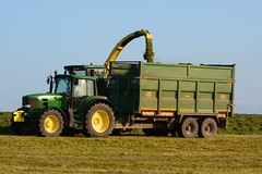 John Deere 7700 SPFH filling a Thorpe Silage Trailer drawn by a John Deere 6830 Tractor (Shane Casey CK25) Tags: john deere 7700 spfh filling thorpe silage trailer drawn 6830 tractor jd green togher cork city first cut firstcut 1st silage16 silage2016 grass grass16 grass2016 winter feed fodder county ireland irish farm farmer farming agri agriculture contractor field ground soil earth cows cattle work working horse power horsepower hp pull pulling cutting crop lifting machine machinery nikon d7100 tracteur traktor traktori trekker trator cignik collecting collect
