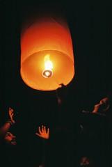 Sihanoukville (Gonzalo Campos Garrido) Tags: cambodia camboya camboye sihanoukville verano summer costa playa beach pse sky lantern skylantern fuego noche night fujifilm superia iso200 superia200