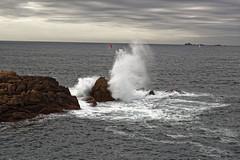 _DSC8980_DxO (Alexandre Dolique) Tags: d810 perrosguirec cte de granit rose bretagne rocher vague rock wave bateau boat mer formations rocheuses pink