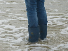Beach fun (willi2qwert) Tags: rubberboots rainboots regenstiefel gummistiefel gumboots girl wellingtons wellies wasser women wet water wave watt nass flooded fun beach strand soaked schmatzig