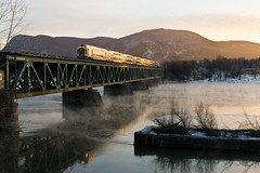 AMT 890 @ Beloeil (Mathieu Tremblay) Tags: park morning bridge winter cold public water cn sunrise river soleil eau hiver transport january rail canadian rivire via national pont janvier froid lever canadien matin agence amt subdivision richelieu otterburn beloeil sainthyacinthe commun metropolitaine