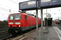 143 298-8, Dsseldorf-Oberbilk (Howard_Pulling) Tags: station train canon germany deutschland december gare zug bahnhof trains german dusseldorf bahn 2011 dsseldorfoberbilk 400d