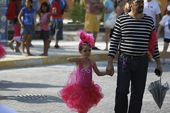 Carnaval (withUibelong) Tags: carnival pink girl sunglasses umbrella mexico costume child stripes father dancer skirt parade bow carnaval holdinghands islamujeres quintanaroo handholding withuibelong