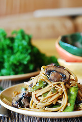 Spicy Asian noodles and mushrooms, with snow peas (JuliasAlbum.com) Tags: vegetables dinner asian mushrooms pasta vegetarian noodles snowpeas