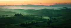 Tuscany - Val d'Orcia (claudecastor) Tags: rot italien italy tuscany toskana landscape landschaft nature natur poderebelvedereii mansion anwesen sunrays sonnenstrahlen sonnenaufgang sonnenuntergang sunset licht schatten light shadow yellow warmth warm wrme travel reise urlaub fotoreise sanquiricodorcia valdorcia valley hills hgel smooth shapes