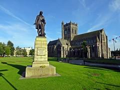 The Birdman Of Paisley (Bricheno) Tags: alexanderwilson paisley abbey paisleyabbey statue roberttannahill tannahill bricheno scotland escocia schottland cosse scozia esccia szkocja scoia