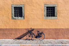 La Bicicleta (j_perezv) Tags: windows ventanas rojo bycicle calle street bicicleta