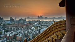 Contrasti architettonici (Andrea Rapisarda) Tags: china city bridge sunset panorama sun streets skyline buildings river landscape town nikon tramonto torre view ngc location ponte panoramica vista yangtze wuhan sole 169 strade architettura cina hubei nationalgeographic d800 pagode tempio  contrasti contrasto yellowcranetower panoramicview    grattacieli   urbanshots allrightsreserved nohdr fiumeazzurro pagodacinese nationalgeographicgroup repubblicapopolarecinese nikon2470mmf28 nuovoemoderno oldandnewchina
