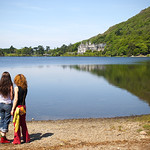 "Tourists at Kylemore Abbey <a style=""margin-left:10px; font-size:0.8em;"" href=""http://www.flickr.com/photos/89335711@N00/8595618235/"" target=""_blank"">@flickr</a>"