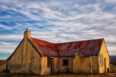 Rabbiter's home Maniototo New Zealand (Maureen Pierre) Tags: old light newzealand home afternoon historic hut derelict maniototo rabbiters