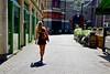 Gezegend zijn de warme dagen (Roel Wijnants) Tags: wandelen denhaag zomer mode kleding rok leuk straatfoto rokjesdag roel1943 roelwijnants hofstijl mooidenhaag roelwijnantsfotografie absolutelythehague haagspraak gezegendzijndewarmedagen