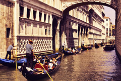 Venezia 2 (Japo Garca) Tags: venezia italia venecia gondola gondolero canal laguna edificio perspectiva navegar japogarca retoque fotografa vintage dorado agua airelibre fila turismo visitar