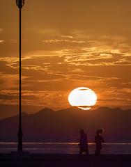 Amanece (Adisla) Tags: olympus em1 zuiko 150mm f2 amanece mar humano paisaje
