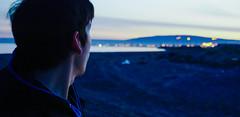 Adis, luz. (Rodrigo Sa) Tags: 50mm f56 fro azul blue bokeh dof mirada sonya6000 sonyalpha 1650mmpzoss atardecer horaazul solo soledad melancola tristeza adis pensando pensamiento negro