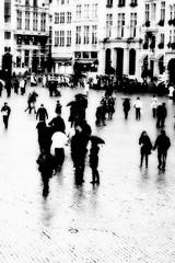 Je me souviens sous la pluie... (Kasur) Tags: noiretblanc rue personnages pluie place