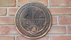 Nationalparkfreundliches Hotel (ThomasKohler) Tags: nationalpark nationalparkhotelkranichrast europarc plakette auszeichnung schwarzenhof müritznationalpark landkreisseenplatte mecklenburg tafel schild sign