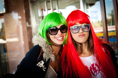 Wigs time! (Choollus) Tags: china autumn girls red verde green fall halloween beautiful smile sunglasses shopping rouge 50mm glasses rojo nikon women asia market beijing vert wig chicas brille angela lunettes autunno rosso mujeres cina filles femmes giulia occhiali pearlmarket pekin ragazze pechino parrucca nikond700