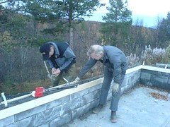 """Garasjebygging 2007. Stein Hugo og Leiv Ivar støper krona på verket • <a style=""""font-size:0.8em;"""" href=""""http://www.flickr.com/photos/93335972@N07/8513100897/"""" target=""""_blank"""">View on Flickr</a>"""