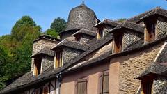 Conques (Gilles Daligand) Tags: aveyron lauzes lucarnes maisons toits village villagemedieval
