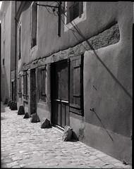 Rue de l'Ecrevisse (Philippe Torterotot) Tags: 4x5 chamonix45n2 largeformat grandformat film argentique analog analogique v700 lemans sarthe 72 paysdelaloire architecture ville ruelle rue contrejour noirblanc bw