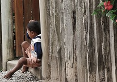 menino (jakza - Jaque Zattera) Tags: santoandr bahia criana sentado costas cerca