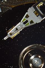 Seagate Microdrive: Actuator Arm, Read/Write Head and Platter (dvanzuijlekom) Tags: macro closeup march hardware arnhem seagate bellows microdrive harddiskdrive 2013 cf2 hackerspace canoneos7d pallas135mmf28 hack42 kkn6 buitenplaatskoningsweg kampkoningswegnoord flextensiontubes compactflashtypeii