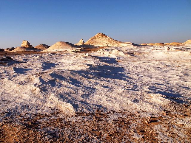 <p>白砂漠の荒涼とした風景。  </p>