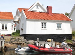 Waterfront cottage (K Nilsen) Tags: red orange white house black coast boat wooden waterfront sweden cottage coastal sverige motorboat bohusln tiledroof grundsund vstkusten summerhome skaft