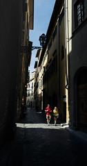 Florence (Photo-LB) Tags: route florence italie europe streetphoto couleurs nikon d800 24mm fotostrada colori giallo rosso strada vicolo ruelle italia luce ombre shadows light luceeombra contrasto