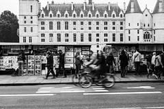 Busy streets of Paris (Kofi_MT) Tags: streetphotography france 50mm architektur leute alltag people schwarzweiss bycicle everydaylife fahrradfahrer travelphotography travel frankreich architecture blackandwhite personen d750 urbanphotography nikon paris