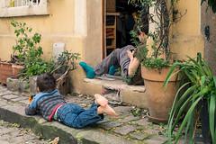 79 - Legs (amor du 94) Tags: 14me danslarue enfant entrailles lejeu montparnasse parissud passage photingo scne sujet srie ruedesthermopyles paris