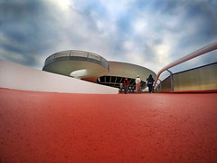 They are landing (alestaleiro) Tags: museu museudeartemoderno mac niteroi rio cidademaravilhosa riodejaneiro nieneyer oscarnienmeyer arquitectura architecture arquitetura ufo discovoador ovni cu nubes clouds cluodysky cielo red rojo vermellho perspectiva perspective outdoor brasil brazil bresil rj alestaleiro vivid bemflickrbembrasil