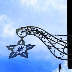 Iron sign in Gssweinstein (Sokleine) Tags: enseigne sign ironwork iron ferronnerie metal gssweinstein frnkischeschweiz franconianswitzerland upperfranconia oberfranken bayern bavaria bavire deutschland allemagne germany irondetail blau blue bleu birds oiseaux vgel