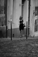 Le noir et blanc vous va si bien (Et si, et si ...) Tags: rue monochrome portrait femme elgance fminit pavs nevers