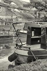 Oxford / England: Narrowboats on Oxford Canal (wwwuppertal) Tags: oxford oxfordshire england greatbritain grosbritannien uk unitedkingdom oxfordcanal narrowboat binnenschifffahrt kanalboote sw schwarzweis bw blackandwhite noiretblanc blancetnoir monochrome monochrom sommer summer fujifilmxpro1 fujinonxf35mmf2rwr fujifilmxsystem jericho jerichowharf ruderpinne tiller