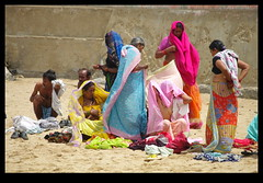 INDI1830 (Leopoldo Esteban) Tags: woman mer india mar mujer women indian femme mujeres tamilnadu femmes kanyakumari inde leopoldoesteban