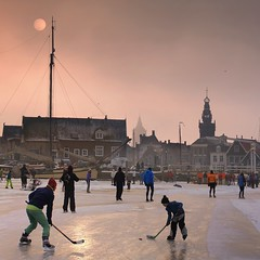The historical winter is back again in Monnickendam (Bn) Tags: winter sun haven holland ice hockey boot topf50 iceskating skating thenetherlands colores wintertime marken volendam speedskaters waterland ijs schaatsen iceboats monnickendam frozensea markermeer historicalmoment naturalice 50faves coldwave natuurijs gouwzee seaofice ijszeilers ijsvermaak oerhollands schaatsfeest koekenzopie schaatstocht dutchskaters gouwsea iceskatingtomarken historischeijstocht 12cmdik groteijsoppervlakte schaatsweekend iceyachting skateoutdoors dutchskatejourney iceinthenetherlands hollandlovesice dichtbevroren 12cmdikijs einfiniteseaofice markerveerhuis
