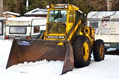 broken Volvo still going strong (Mange J) Tags: winter snow tractor broken yellow volvo bm trasig tamron70300 rearloader pentaxk7 fotosondag magnusjakobsson fs130303