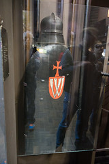 Helmet and shield of a Warsaw crusader (quinet) Tags: 2015 helm museumofthepolisharmy muzeumwojskapolskiego poland schirm varsovie warsaw warschau warsowa bouclier casque helmet shield