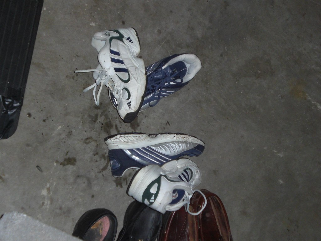 how to clean smelly tennis shoes