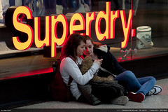 Superdry (Ludtz) Tags: uk greatbritain girls red orange signs canon mall manchester rouge unitedkingdom teens galerie angleterre shoppingcenter filles arndale centrecommercial royaumeuni grandebretagne superdy arndaleshoppingcenter 5dmkii canoneos5dmkii ludtz ef135|2l