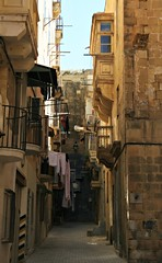malta in un vicolo (me, paolo and the seven wonders + one) Tags: strade isola bucato balconi lavaletta marepicmonkeyappeditor