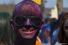 Holi 15 (Tono Carbajo) Tags: barcelona portrait people colors fiesta retrato happiness colores parade carmel bollywood felicidad holi pigments carmelo celebracion ind pigmentos