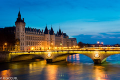Conciergerie (Paris) (renan4) Tags: city paris france seine night 50mm nikon europe cityscape bluehour nikkor nuit pontneuf d800 conciergerie renan4 renangicquel
