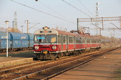 PR EN57-1937 , Wrocaw Muchobr train station 14.04.2013 (szogun000) Tags: railroad station electric set train canon tren poland polska rail railway commuter emu pr passenger trem treno ezt regio wrocaw pkp pocig  lowersilesia dolnolskie dolnylsk en57 przewozyregionalne wrocawmuchobr en571937 canoneos550d canonefs18135mmf3556is d29273 d29275 d29757 d29758